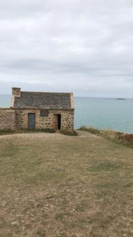 Vous trouverez cette maison sur le chemin des douaniers allant de Dahouët à la plage de Pléneuf Val André.